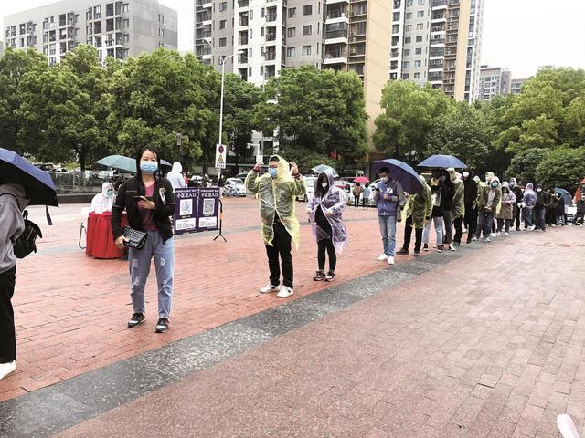 武汉举办首场现场招聘会 七个分会场七千多人冒雨求职